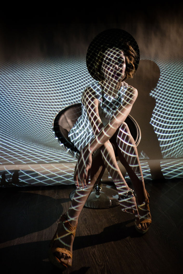 Съемка с проектором, фотосессия с проектором, цвет, девушка на белом фоне в проэцируемый мелкий квадрат