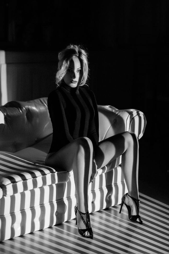 Съемка с проектором, фотосессия с проектором, чб, девушка в белье сидит на белом диване