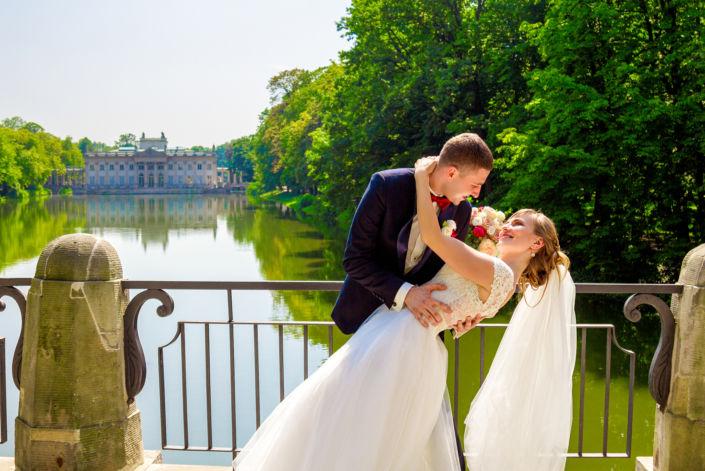 Фотосессия свадьбы, ph Постникова, 2017, Варшава, потрет пары на фоне замка