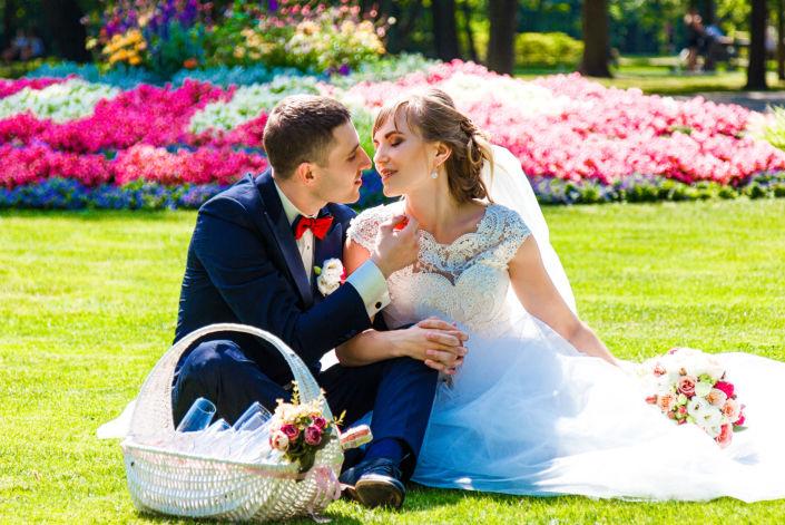 Фотосессия свадьбы, ph Постникова, 2017, Варшава, потрет пары на фоне клумбы