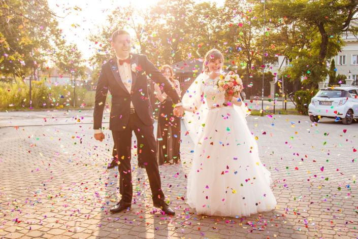 Фотосессия свадьбы, ph Постникова, 2017, Варшава, фото пары в конфети